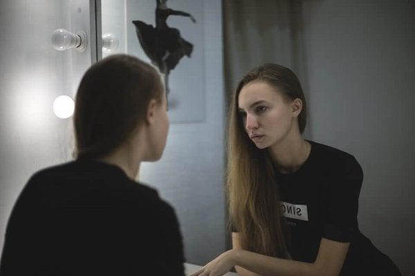 Kvinde kan ikke lide sit eget spejlbillede på grund af misundelse