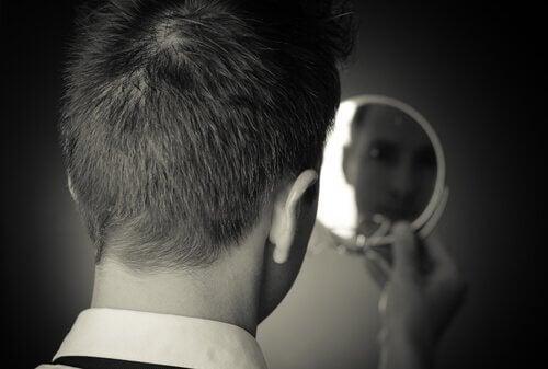 Ung mand ser sig i spejl