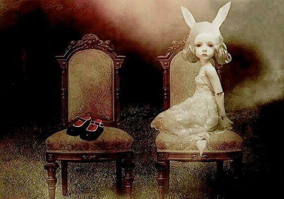 Pige med kaninører sidder på stol