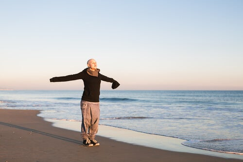 Kvinde på strand er eksempel på kræftramte, der nyder livet