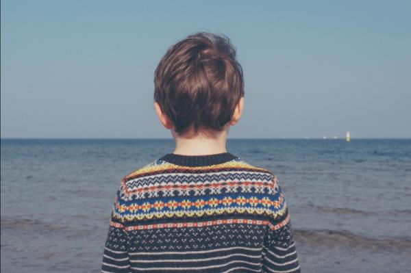 Dreng står på strand