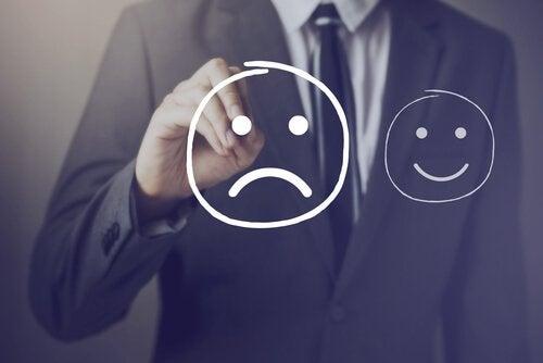 Mand tegner sur smiley og vælger kronisk utilfredshed