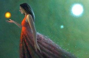 Kvinde griber om lyskugle og vælger at omfavne tiden