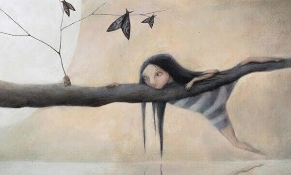 Pige hænger i træ med sommerfugle
