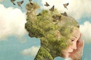 Kvinde med træer og fugle på hoved