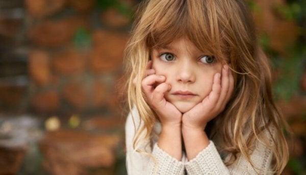 Trist pige oplever rigt barn syndrom