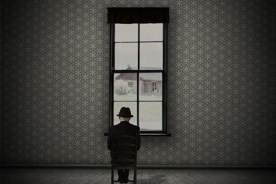 Person sidder foran vindue