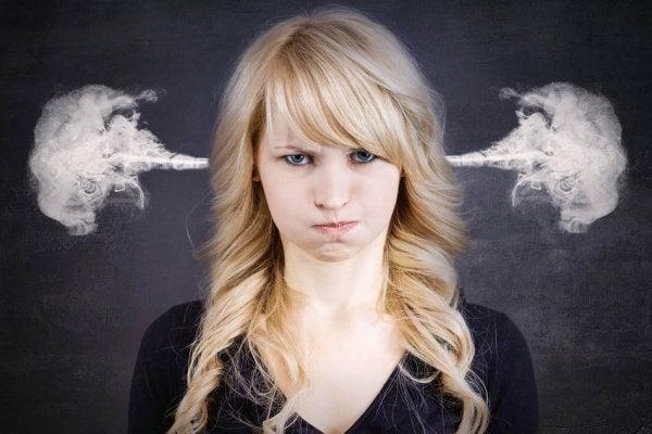 Kvinde med damp ud af ørerne har brug for at udtrykke negative følelser