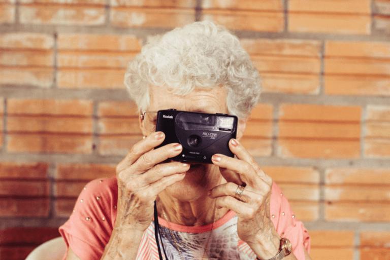 Ældre kvinde med kamera