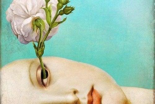 Kvinde med rose i øje