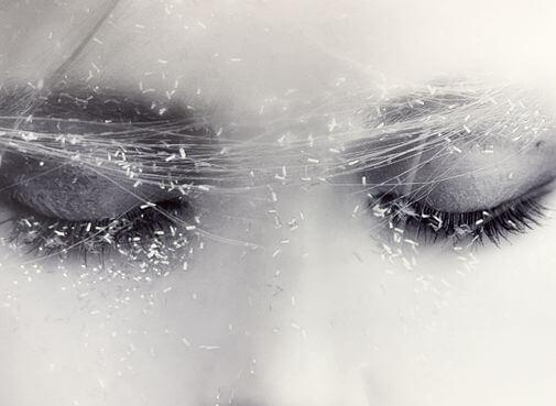 Lukkede øjne illustrerer knust hjerte
