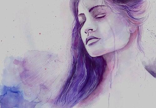En lilla kvinde med lukkede øjne vælger at anerkende tristhed