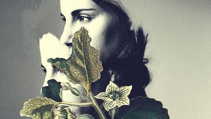 Kvinde skjuler sit ansigt bag blade