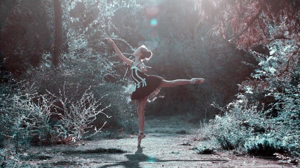 Kvinder danser ballet og nyder fordele ved dans