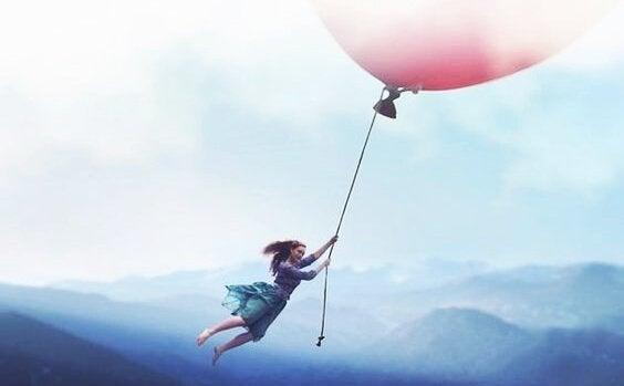 Pige flyver med kæmpe ballon