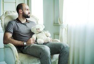Voksen mand med bamse lider af peter pan syndrom