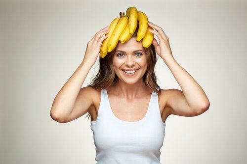 Kvinde med bananer på hoved vil overvinde skam