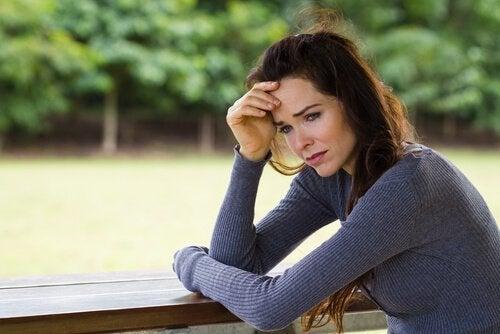 Kvinde græder og er bekymret over behov for anerkendelse