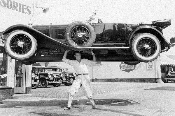 Mand løfter bil ved hjælp af adrenalin