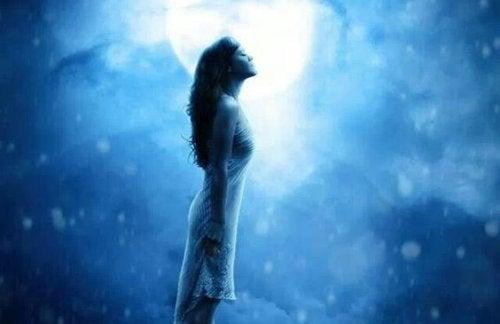 Kvinde ser op i måneskin. Hun vil komme igennem dette