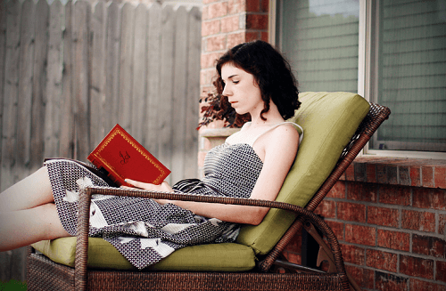 Kvinde læser bog for at håndtere dårlige følelser