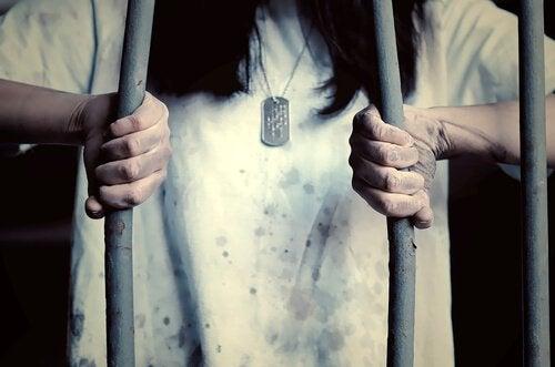 Kvinde prøver at bryde fri af bur af tillært hjælpeløshed