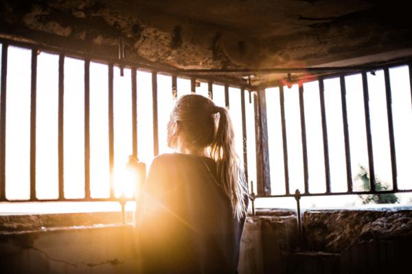 Kvinde i bur har svært ved at håndtere negative følelser
