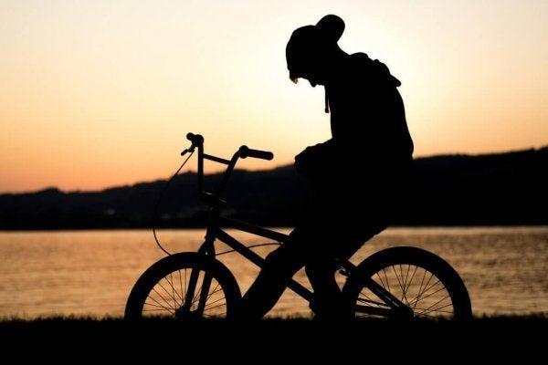 Dreng p cykel illustrerer sorg hos børn