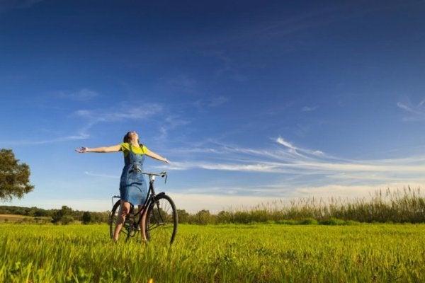 Kvinde cykler for at håndtere dårlige følelser