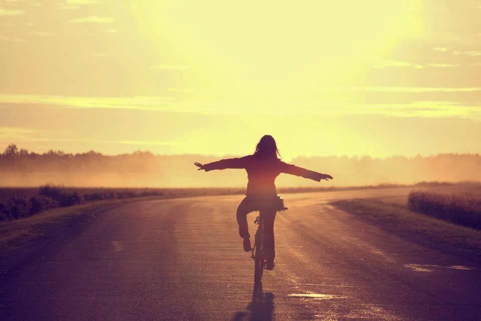 Person på cykel vælger at leve frem for at dvæle over fremtiden