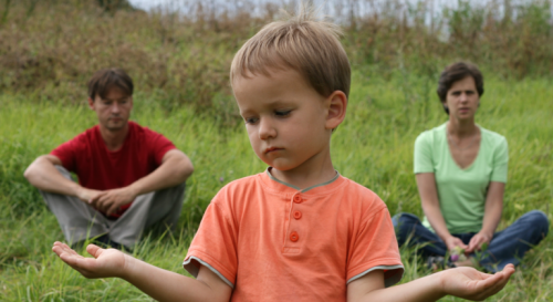 Dreng med forældre i hver hånd illustrerer børn med skilte forældre