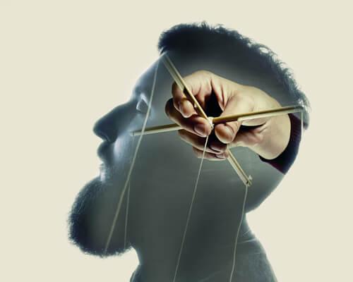 Mand med dukkefører som hjerne symboliserer terrorismens rødder