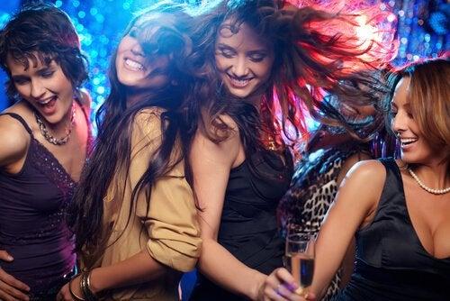 Veninder danser sammen til fest