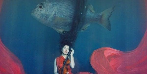 Kvinde i vand med kæmpe fisk