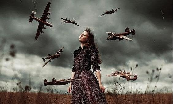 Kvinde på mark med fly flyvende omkring sig