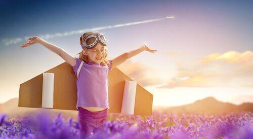 Dreng med vinger illustrerer den kognitive udvikling hos børn