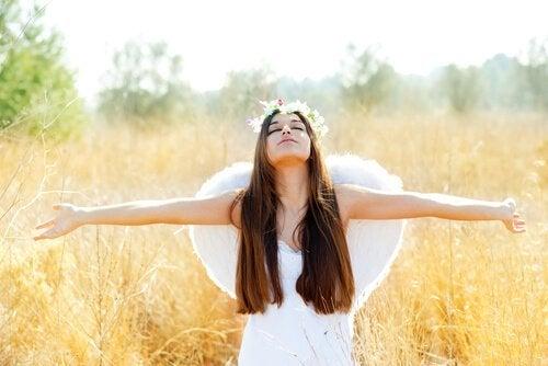 Fri kvinde med vinger er sluppet af med følelsesmæssig afhængighed