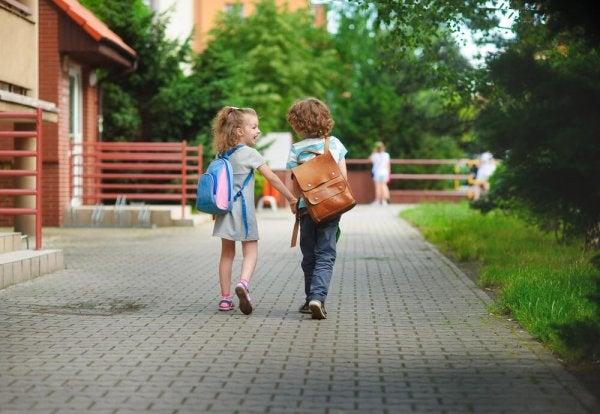 To børn går på vej i skole