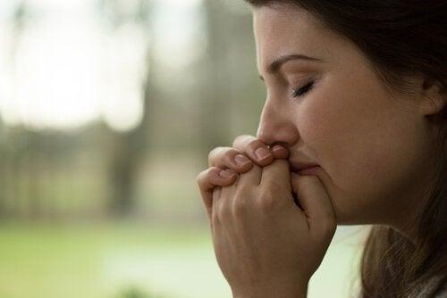 Kvinde græder for at mindske hjertesorger
