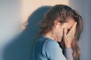 Kvinde plaget af patologisk sorg græder