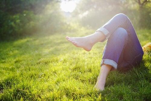 Kvinde hviler sig i græs