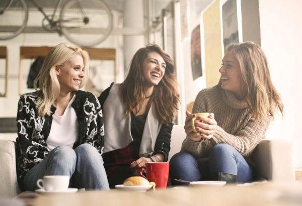 Venner griner sammen, da de vælger at tænke positivt