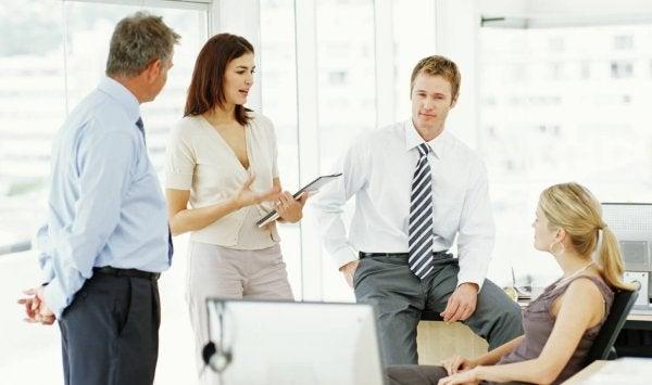En gruppe personer på arbejdsplads er eksempel på diplomatiske mennesker