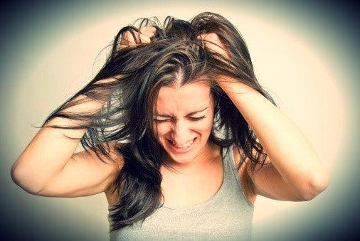 Kvinde river sig i hår på grund af arrigskab over negative personer