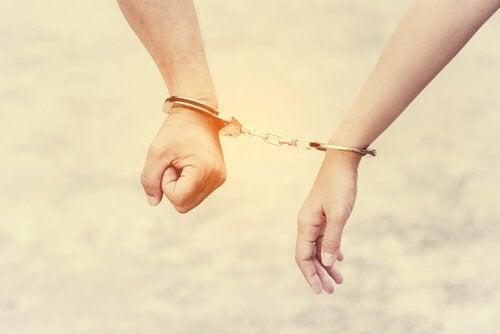 Medafhængighed ødelægger forhold og vores selvværd