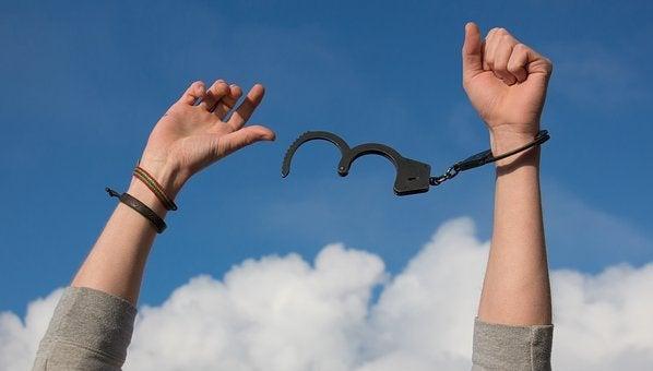 Hænder bryder fra fra håndjern og terrorisme