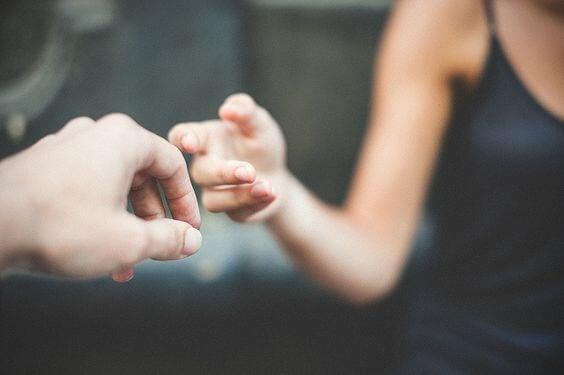 Personer skal til at give hinanden hånden for at give førstehåndsindtryk