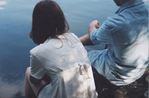 Par ved hav har akavede samtaler