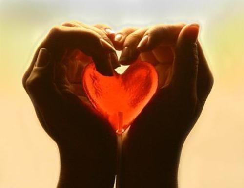 Hjerte mellem to hænder
