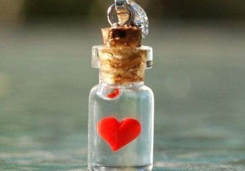 Hjerte på flaske viser, at man skal være god mod andre